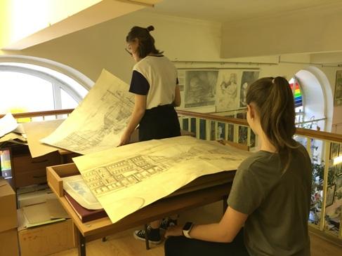 Кабинет черчения. Студийцы изучают работы в рамках подготовки к поступлению в архитектурный вуз.